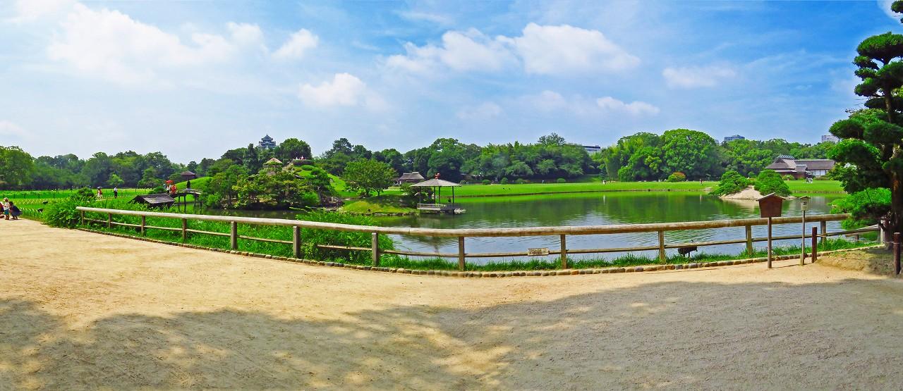 20170716 後楽園今日の園内慈眼堂付近から眺めた沢の池越しのワイド風景 (1)