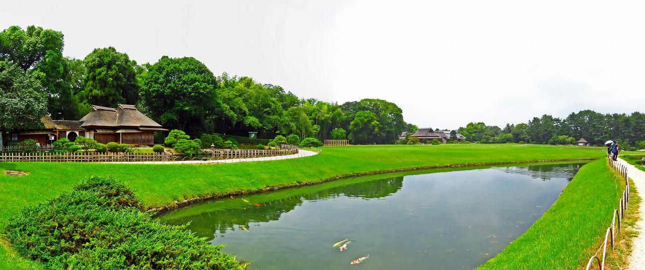 20170725 後楽園今日の園内ひょうたん池越しに眺めたワイド風景 (1)