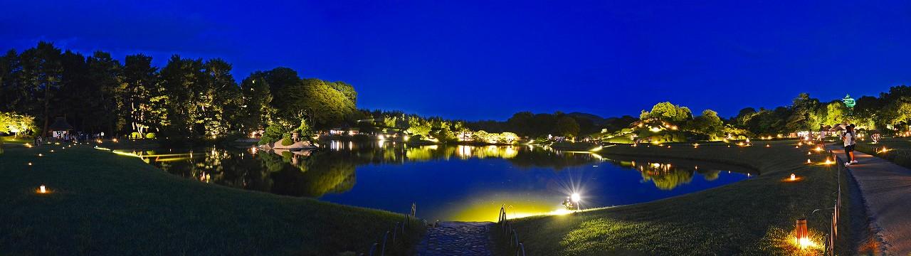 20170817 後楽園夏の幻想庭園の沢の池越に眺めたワイド風景 (1)