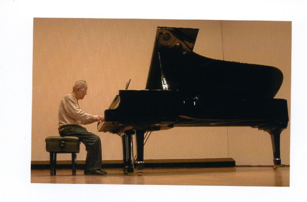 おじいちゃんピアノ演奏001b