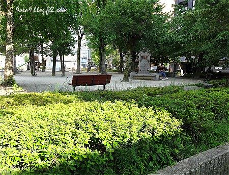 京都繁華街の中の公園