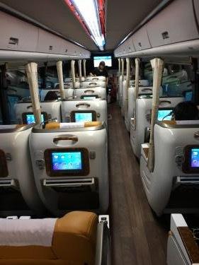 通常の大型バスのシートより豪華。でも・・