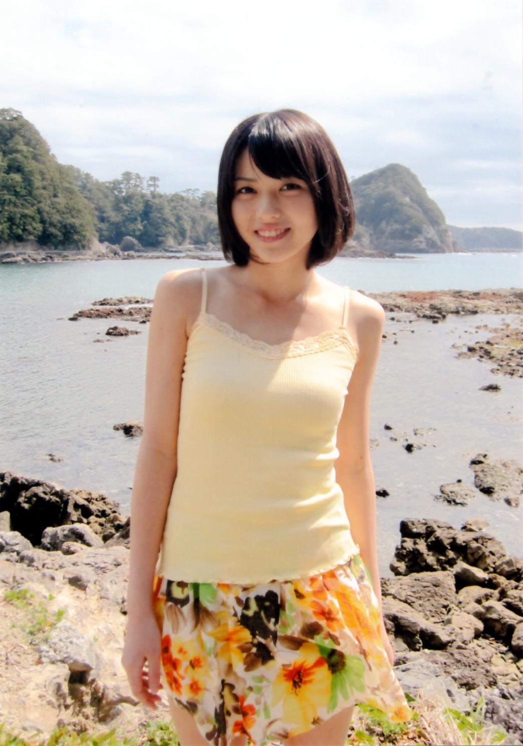 海辺 花柄ミニスカート&パステルイエローのキャミ  矢島舞美