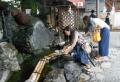 お金を洗う女性