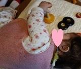 左腕を上向きにとおす2歳7か月 - コピー