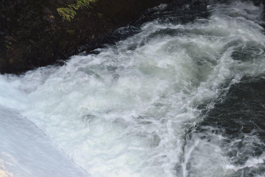 ダムからの水-4