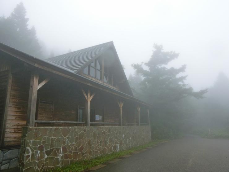 霧中のセントラルロッジ