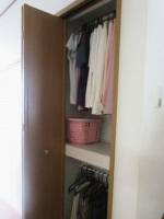 クローゼット1階 壁面収納に春~秋のはじめに着る服