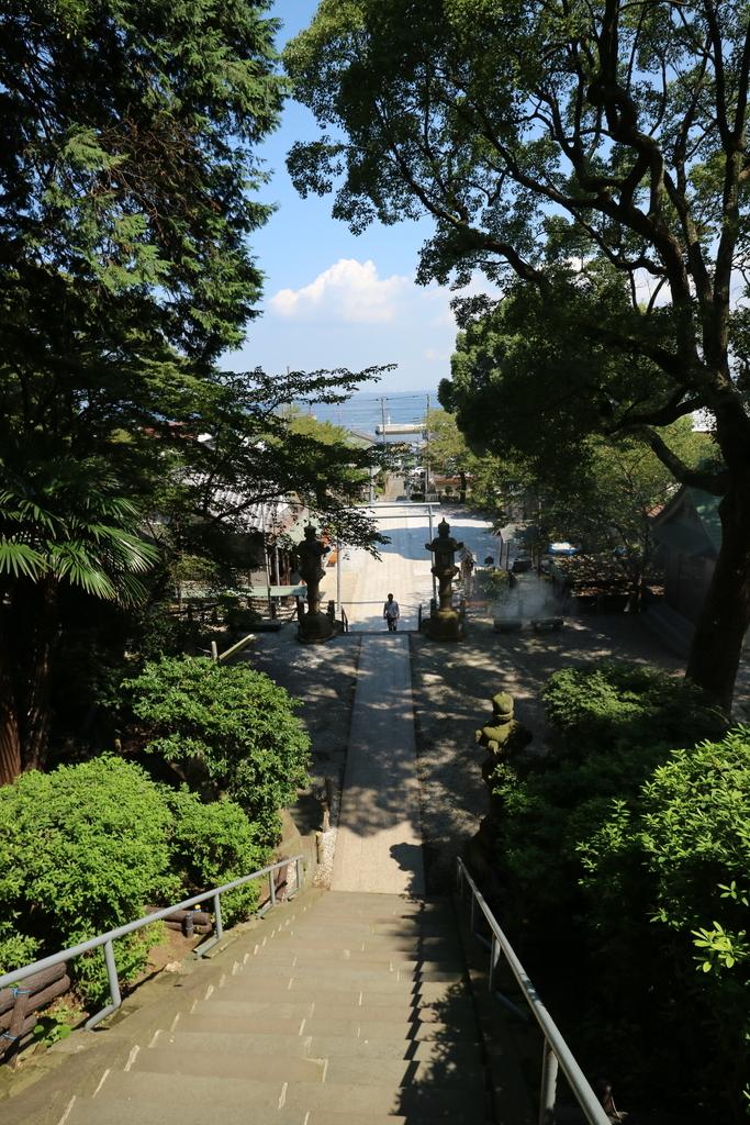 神社社屋前から振り返れば、海が見える