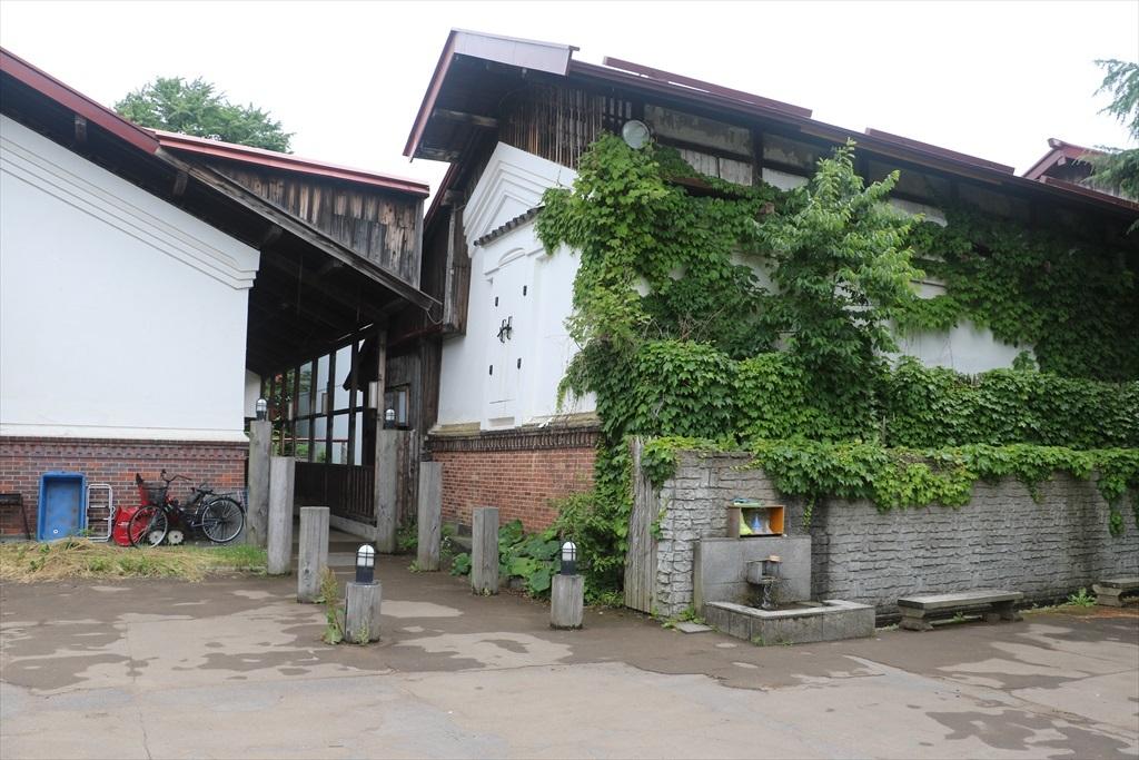 こみせ駅の裏側の駐車スペース_1