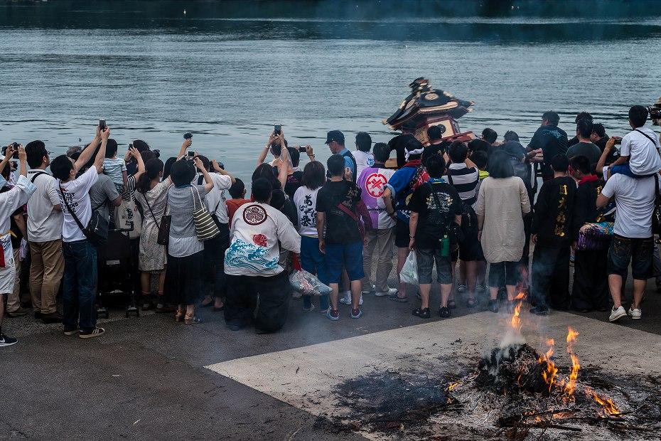 2017.07.08あばれ祭_酒垂方神輿海へ1
