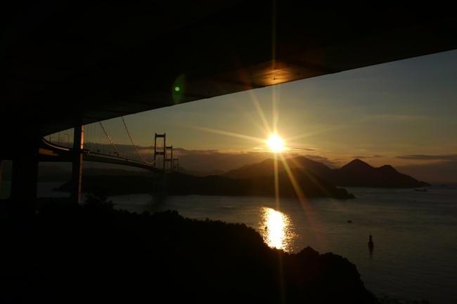 来島海峡大橋の朝日