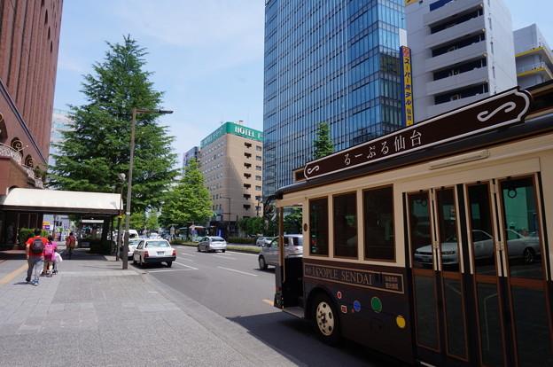 巡回バスと仙台の街並み