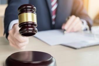 裁判所による判決