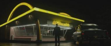 『ファウンダー ハンバーガー帝国のヒミツ』 初期のマクドナルドの典型的店舗。Mのマークではなく、ゴールデンアーチと呼ばれる目印がある。