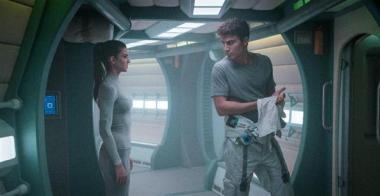 『スターシップ9』 エンジニアの男アレックス(アレックス・ゴンザレス)にエレナは興味津々。