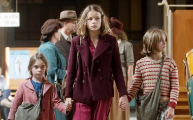 ローラ・ドワイヨン 『少女ファニーと運命の旅』 13歳の少女ファニー(レオニー・スーショー)とふたりの妹。