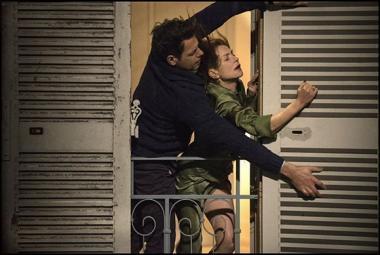 『エル ELLE』 親切な隣人の男性と暴風対策をするミシェル。