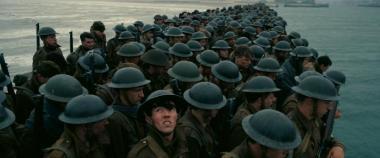 『ダンケルク』 船を待つイギリス兵たち。固まっているところを空から狙い撃ちされる場面が恐ろしい。
