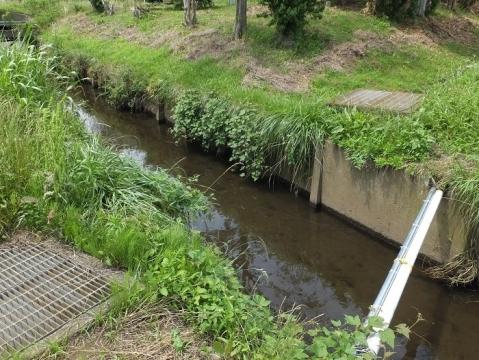 目久尻川用排水路組合の左岸用水路と排水路の伏越交差