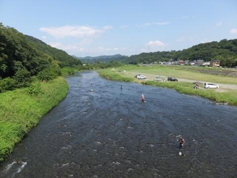 八菅橋より中津川上流を望む