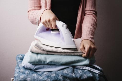 フリー写真 アイロンと洗濯物