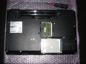 A572_4_2 HDD(SSD)とメモリの蓋を外しておく