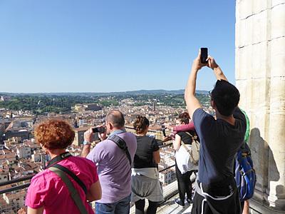 クーポラの上でみんな写真撮ってる