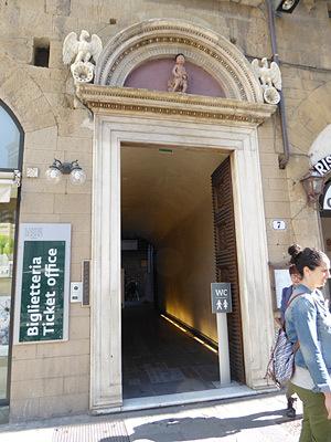 洗礼堂の北側にあるチケットオフィス