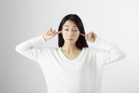 耳栓している女性19bd2f967ec126c36ea17d2f534e0bbf_s