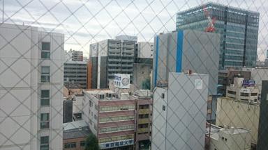 窓の外のビル群19-09-12