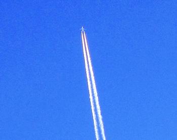 冬の空に飛行機雲・冬