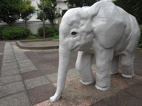 児童公園の白象