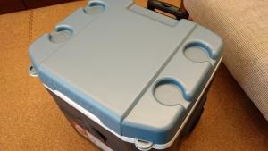 ジュース缶が置けるテーブルのクーラーボックス イグルーマックスコールドカンタム 52ローラー
