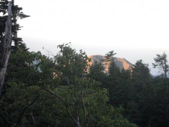 朝日を受けて焼岳170828