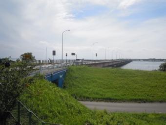 観光物産館から霞ケ浦大橋を170903