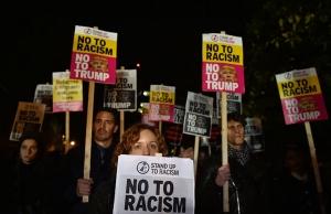 トランプ勝利に抗議してロンドンのアメリカ大使館前に集まった人たち