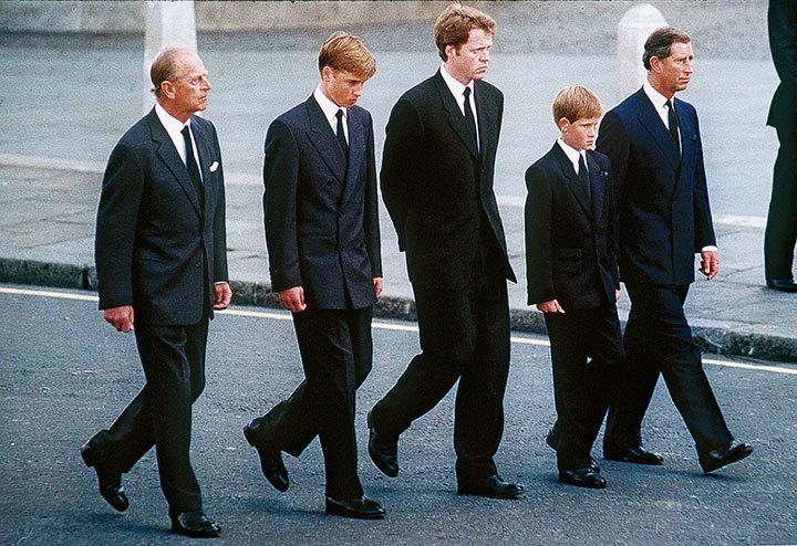 母のひつぎの後ろをヘンリー(右から2人目)は黙々と歩いた Anwar Hussein/GETTY IMAGES