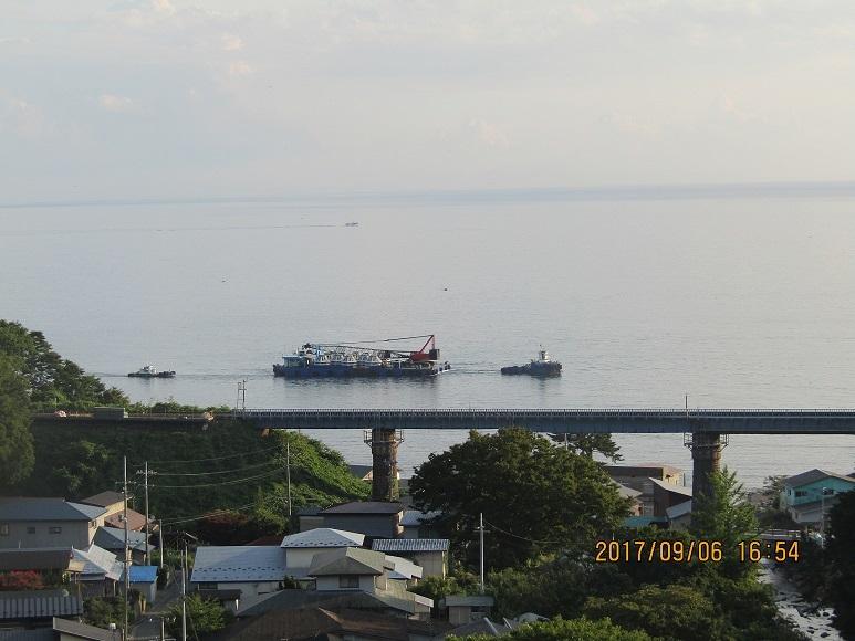 曳航される船。小入川陸橋の海