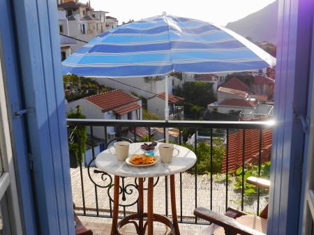 パラソル設置の朝食