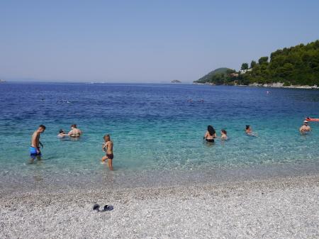 小砂利の浜、泳ぎやすい