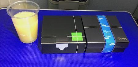 ANA28便 プレミアムクラスの機内食の時間です
