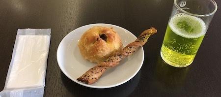 羽田空港JALダイヤモンド・プレミアラウンジ 軽食をいただきます