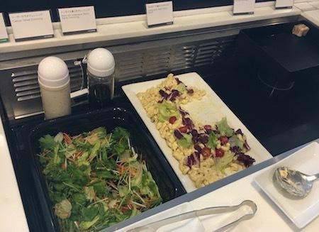 羽田空港国際線ANAラウンジ サラダとサンドイッチ