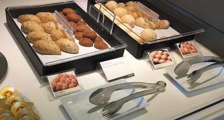 羽田空港国際線ANAラウンジ 各種のパン