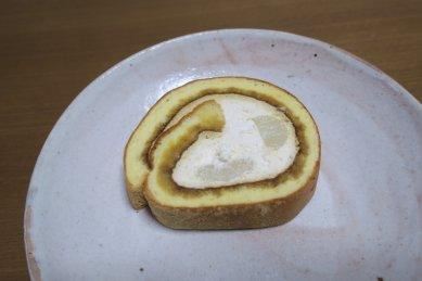 桔梗信玄餅生ロールon粉引皿