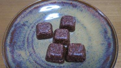 ぶぶクランチチョコon黒唐津釉皿