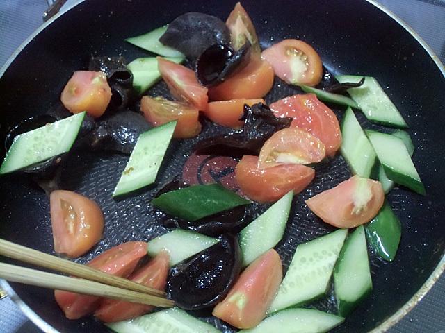野菜を炒めて