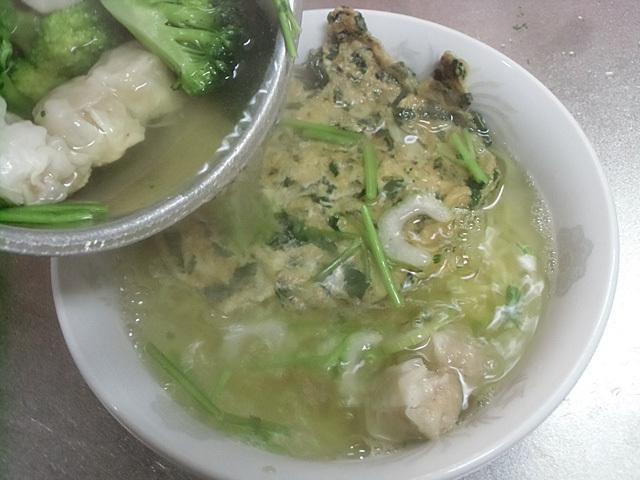 シューマイを温めスープを注ぐ