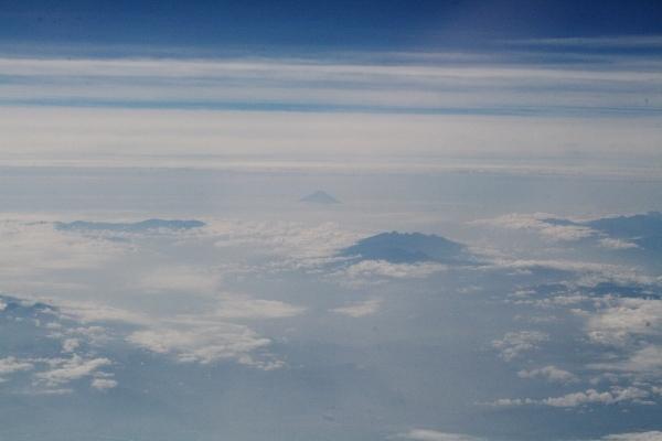 12 彼方に富士山 手前は八ヶ岳?
